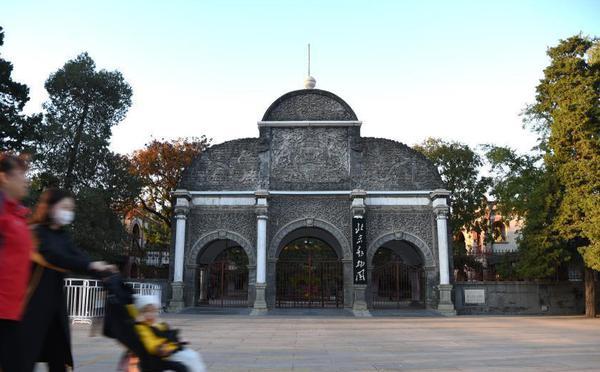 """北京动物园百年历史正门""""休假"""""""