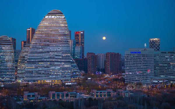 """北京:""""半影月食""""现天宇"""