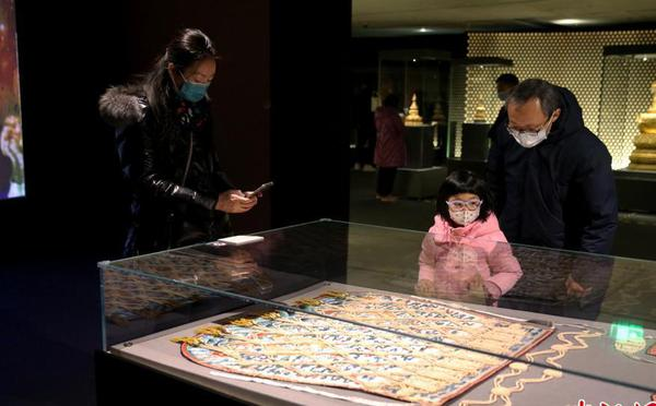 """北京:""""故宫博物院藏法器展""""吸引参观者"""