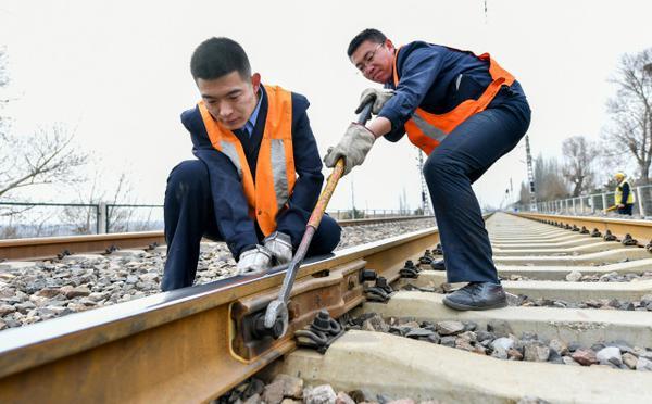 守护铁路70余载的维修工队