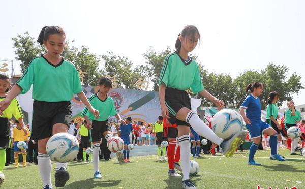 北京市首届社区杯八人制足球赛开幕