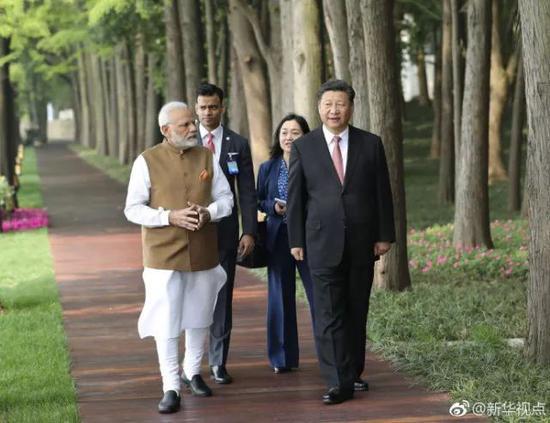 ▲28日上午,国家主席习近平同印度总理莫迪在武汉东湖边散步(图自新华社)