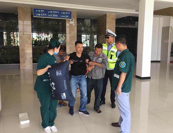 民警将中毒乘客送往医院 警方供图
