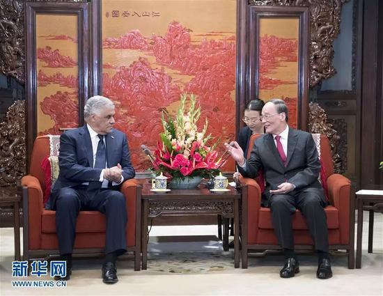 5月1日,国家副主席王岐山在北京中南海会见多米尼加外长巴尔加斯。来源:新华网