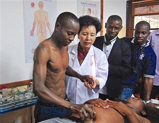 女教授非洲教针灸 编写的针灸葡语教材将出版(图)