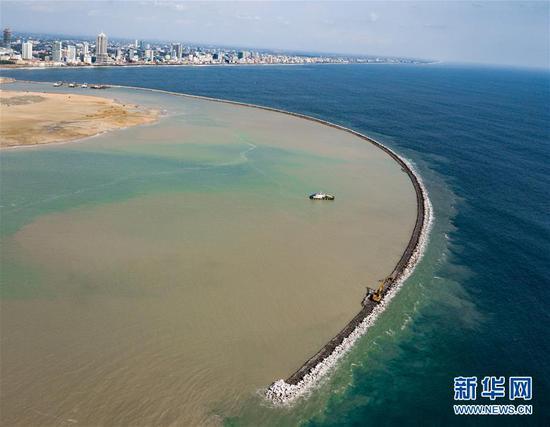这是4月26日拍摄的斯里兰卡科伦坡港口城的防波堤。新华社发