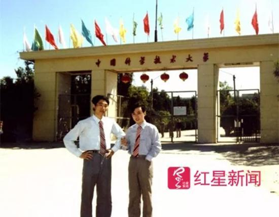 当年,宁铂和王在,在中科大校门口合影。