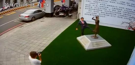 """藤井实彦脚踹""""慰安妇""""铜像视频截图"""