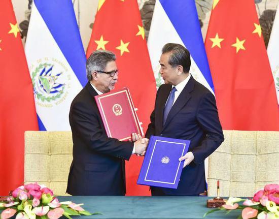 8月21日,國務委員兼外交部長王毅(右)同薩爾瓦多共和國外長卡斯塔內達在北京舉行會談並簽署《中華人民共和國和薩爾瓦多共和國關於建立外交關係的聯合公報》。  (新華社)