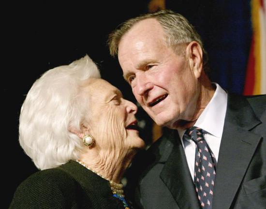 老布什(右)2002年和夫人芭芭拉在一起(路透社资料图片)