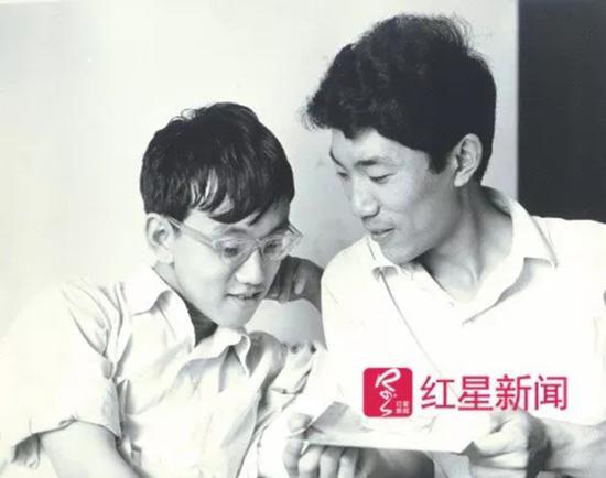 当年,宁铂(左)和朋友王在。