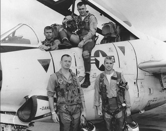 ▲曾是海軍飛行員的麥凱恩(右一)