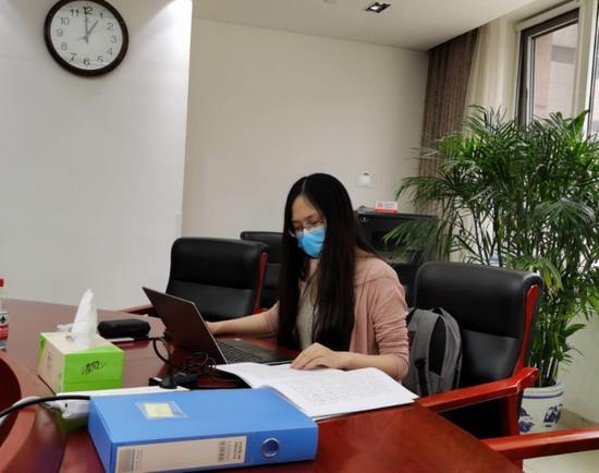 刘珏正在分析资料,撰写报告。受访者供图