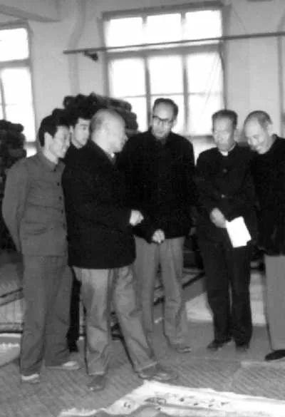 1985年10月16日,林乎加(左前)于甘肃省临洮县和当地同志探讨脱贫大计