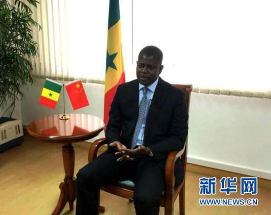 近日,塞内加尔驻华大使马马杜·恩迪亚耶承受新华社专访。