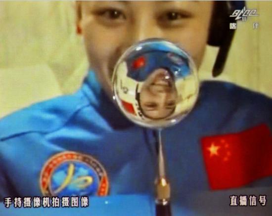 2013年06月20日,王亚平在天宫一号组合体中进行太空授课水球实验   摄影:张晓光