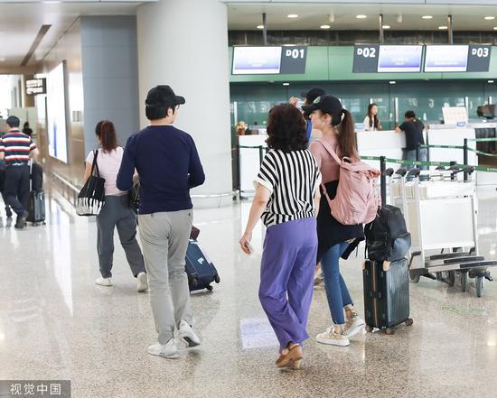 郎朗和妻子在上海虹橋機場,圖自視覺中國