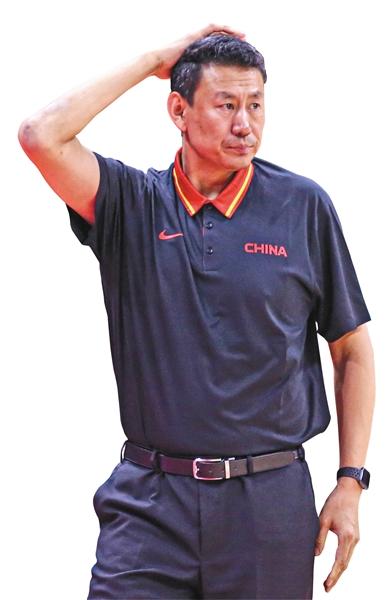 """楠辞其咎? 李楠从头至尾坚持""""三后卫"""",但这没能帮助中国队取得更好的成绩。"""