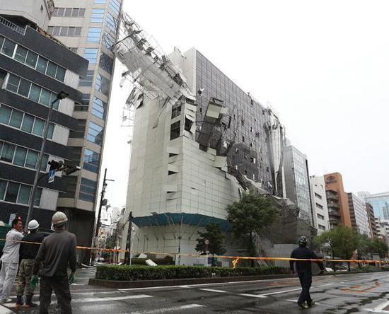 9月4日,日本大阪,颱風刮爛在建大樓擋板。視覺中國 圖