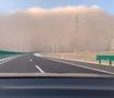 女子开车遇沙尘暴