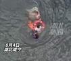 两男子抛救生圈跳河救落水女