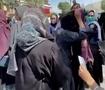 阿富汗女性被塔利班成员殴打