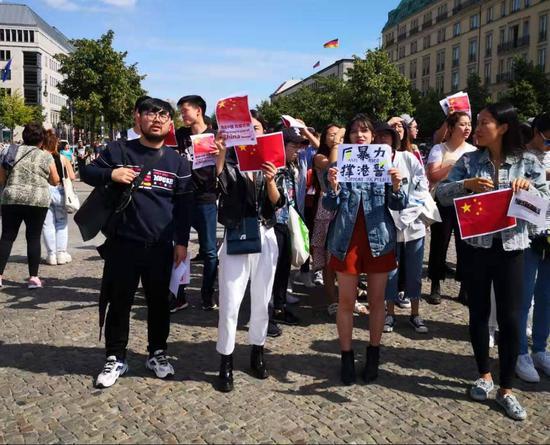 在德留学生等聚集 高举国旗反对香港激进示威者_淘网赚
