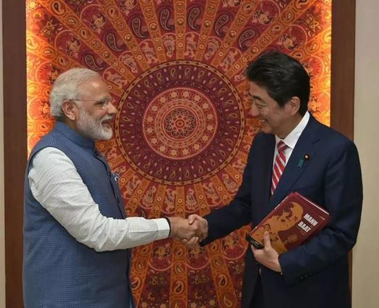 资料图片:2017年9月,印度总理莫迪会见日本首相安倍晋三。(法新社)