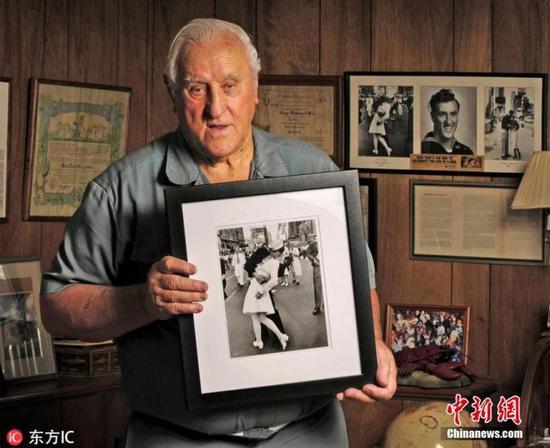 """2019年2月,二战经典照片""""胜利之吻""""中的美国水兵门多萨(George Mendonsa)辞世。"""