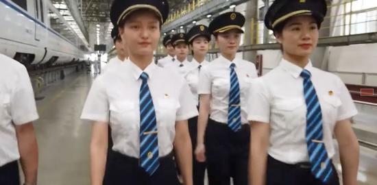 中国铁路将迎来首批动车组女司机 网友:又酷又帅|女司机