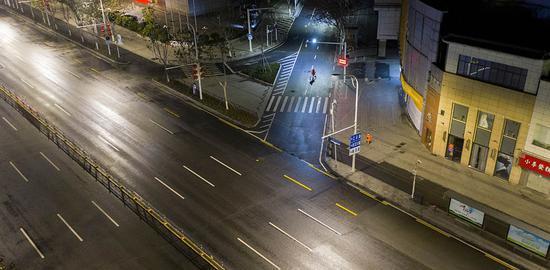 2月3日,武汉街头人迹寥寥。 新华社  图