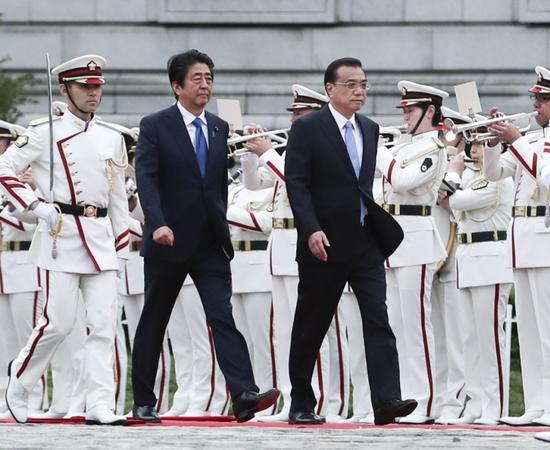 当地时间5月9日下午,国务院总理李克强在东京迎宾馆同日本首相安倍晋三举行会谈。会谈前,安倍晋三在迎宾馆广场为李克强举行隆重欢迎仪式。新华社记者 庞兴雷 摄