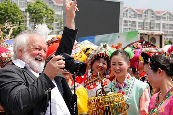华人大叔退休后搬到日本海边 建7套房交6个女友