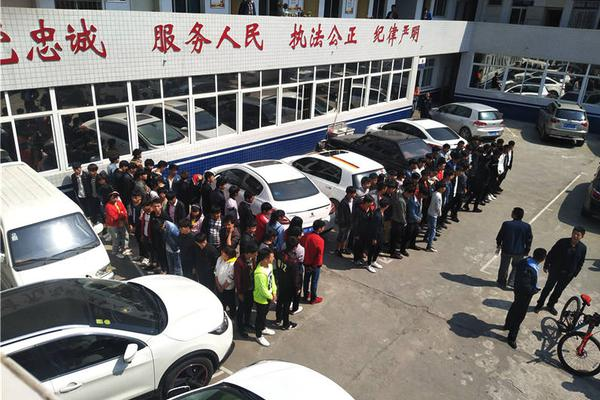 巴坎布在北京南站走丢