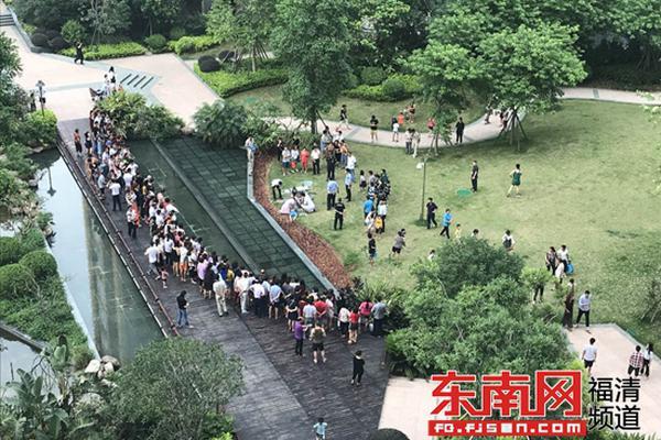 朴槿惠铁粉正游行,汽车突然撞了上去,7人受伤