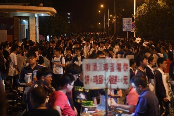 钟南山及专家团同广东医疗队武汉前方ICU团队远程视频会诊