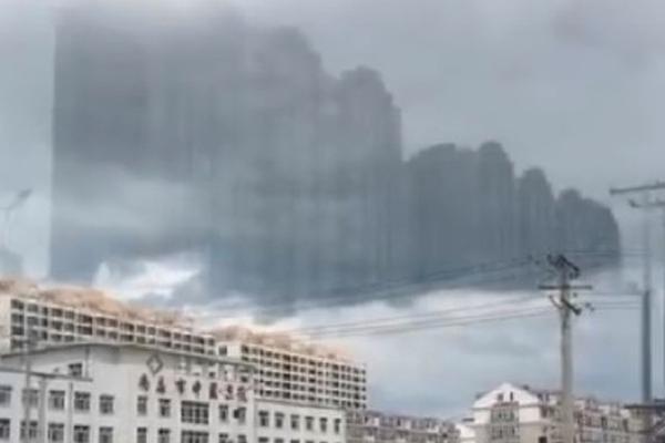【央视快评】暴民打砸国会山,美式民主演砸了!