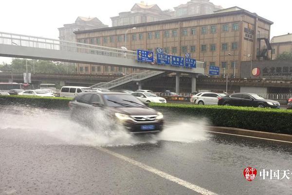 北京上空惊现雷暴云 云中电闪雷鸣撕裂天空