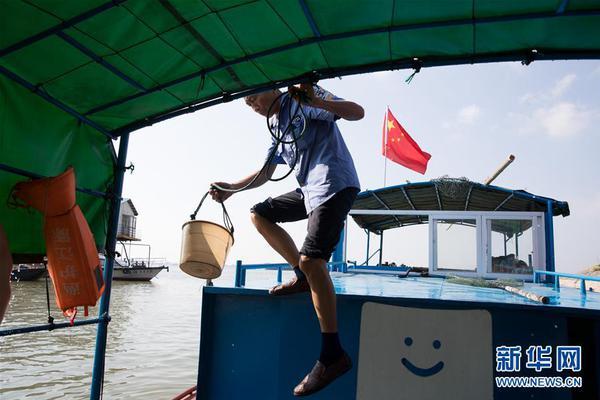 """海边突现""""龙卷风""""持续3分钟 险些掀翻渔船"""