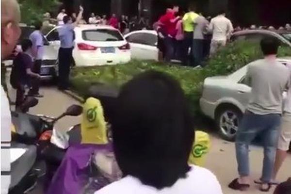 老人台风天关窗坠亡续:官员收巨额贿赂助涉事楼盘验收