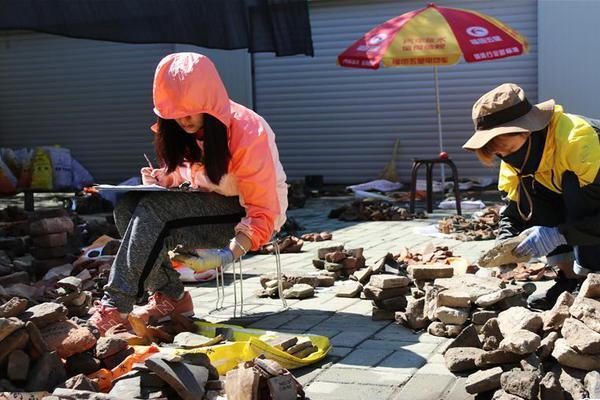 南非金矿发生矿车坠物事故 约1800名矿工被困井下