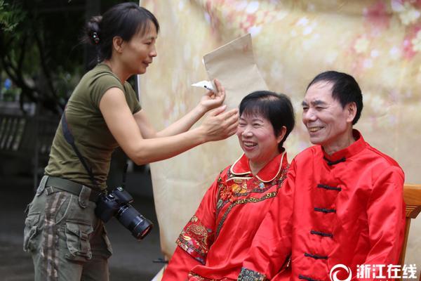 李湘五一带女儿体验生活 王诗龄采摘看鸡不亦乐乎