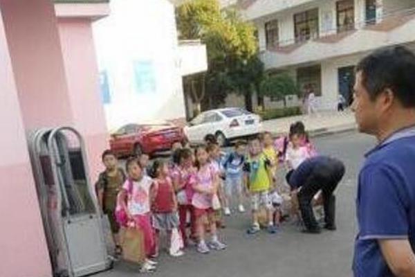 衡水中学举办成人礼!父亲的一张照片让无数高中生泪奔...