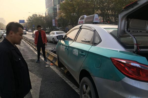 吴昕恋情疑曝光 与多年密友演员郑凯甜蜜同居?
