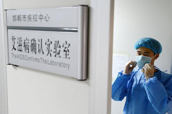 新加坡总理李显龙公开接种新冠疫苗:无痛、没有任何不适