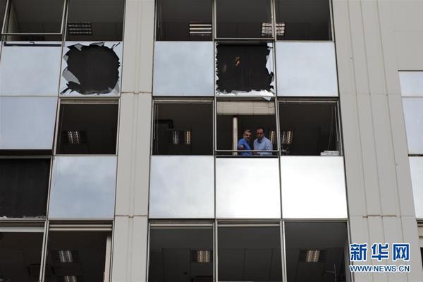 韩国前总统李明博今日入狱:乘车离开住宅 家门口被挤爆