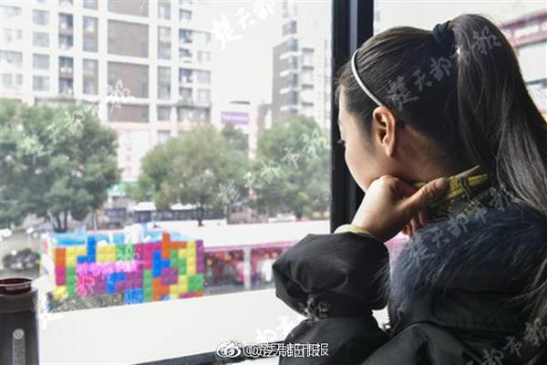 23岁大学生服毒自杀,母亲瘫坐学校眼神呆滞,想见老师遭拒