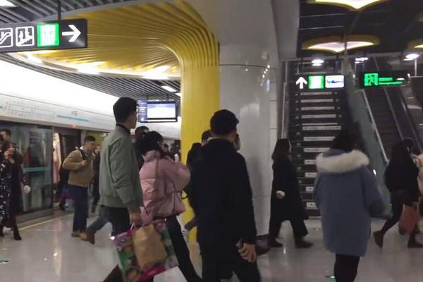 """【麻将奕乐】""""五一""""小长假将至 铁路迎出行高峰"""