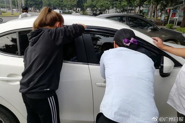 劫匪开皮卡撞破大门 盗取ATM机后扬长而去