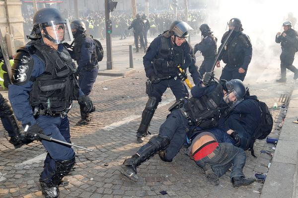 """警察攻击记者事件""""雪崩""""式发展 美国形象受损"""